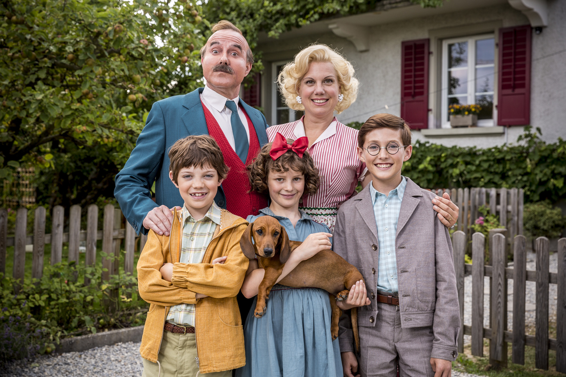 Familie Moll v.l.n.r.: Maxwell Mare (Fritz), Stefan Kurt (Papa Moll), Luna Paiano (Evi), Isabella Schmid (Mama Moll), Yven Hess (Willy), Copyright Zodiac Pictures / Pascal Mora